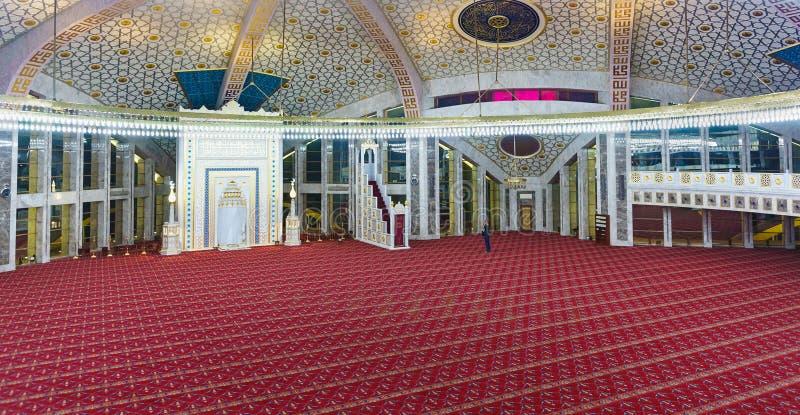 O turista examina e fotografa o interior da mesquita nomeada após o aymani Kadyrov na cidade de Argun, república chechena imagens de stock