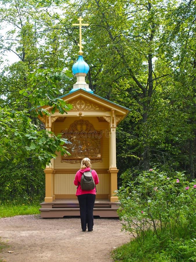 O turista fêmea enfrenta uma capela 'agonia do ícone no jardim ' Monastério de Gethsemane Valaam Spaso-Preobrazhensky Mona stavro imagens de stock