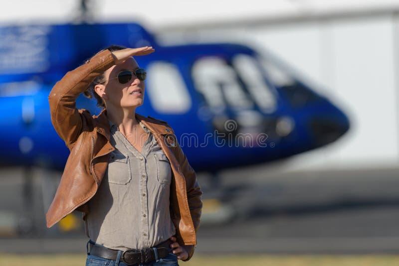 O turista fêmea espera o helicóptero da chegada fotografia de stock royalty free