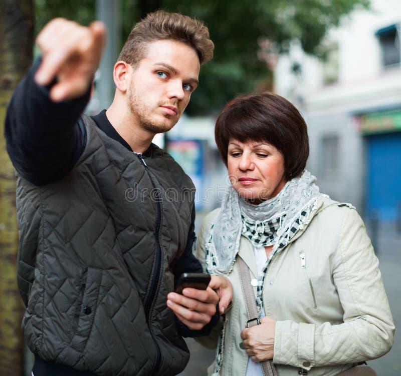 O turista fêmea pede sentidos do local imagem de stock royalty free