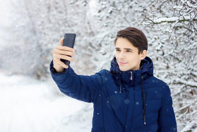 O turista faz o selfie na floresta do inverno fotografia de stock royalty free