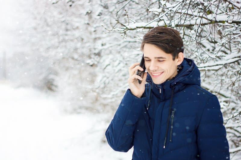 O turista faz o selfie na floresta do inverno fotografia de stock