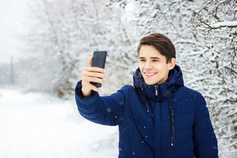 O turista faz o selfie na floresta do inverno fotos de stock