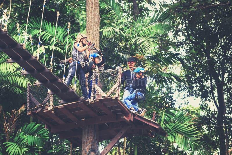 O turista feliz do curso da família aprecia uma viagem emocionante em um da atração turística a mais popular, voo de Gibbon fotografia de stock royalty free