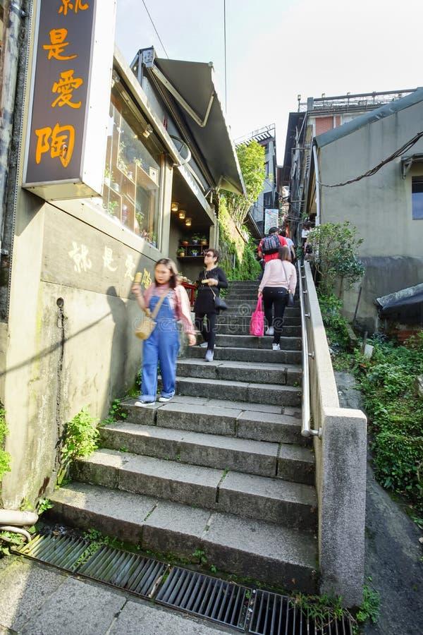 O turista intensifica as escadas à vila de Jiufen imagem de stock royalty free