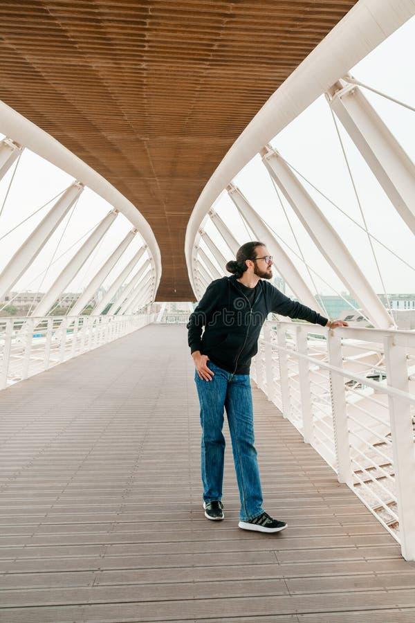 O turista masculino admira a vista fotografia de stock royalty free