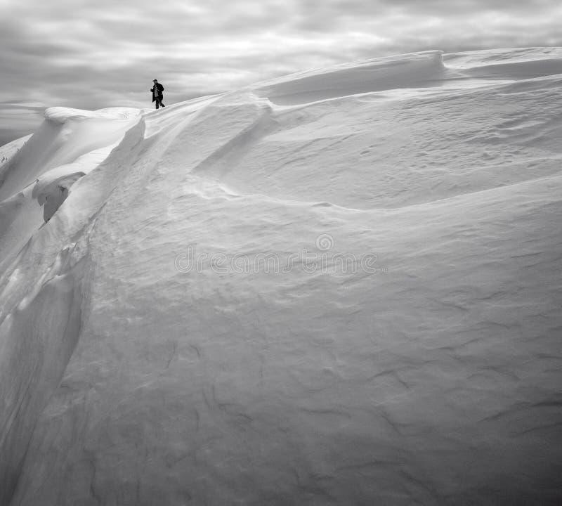 O turista no auge da montanha da neve fotografia de stock