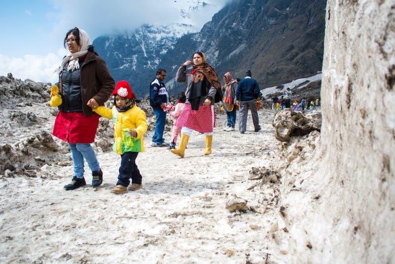 O turista no campo de neve do vale do yumthang em Sikkim norte foto de stock