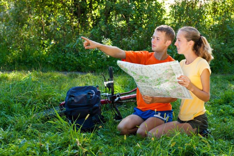 O turista novo dos pares leu o mapa foto de stock royalty free
