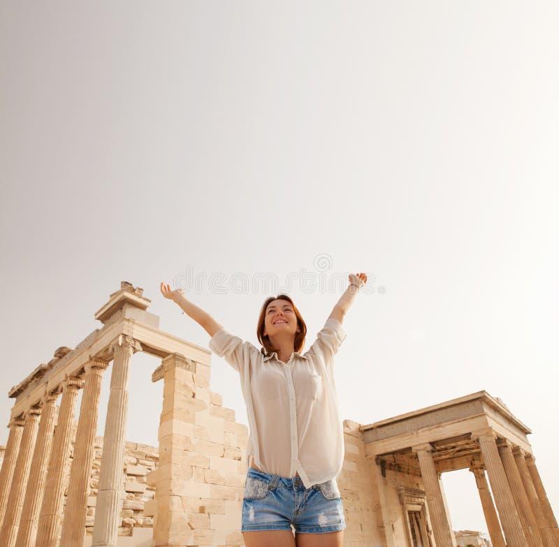 O turista perto da acrópole de Atenas, Grécia foto de stock royalty free