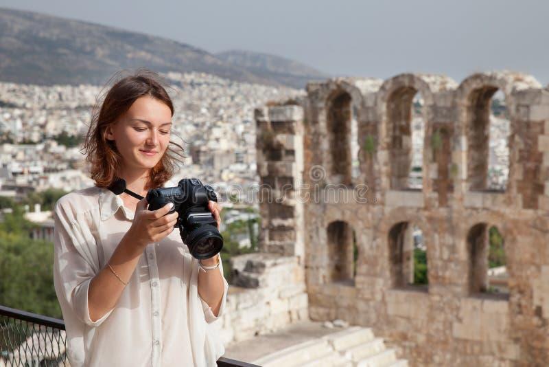 O turista perto da acrópole de Atenas, Grécia imagens de stock