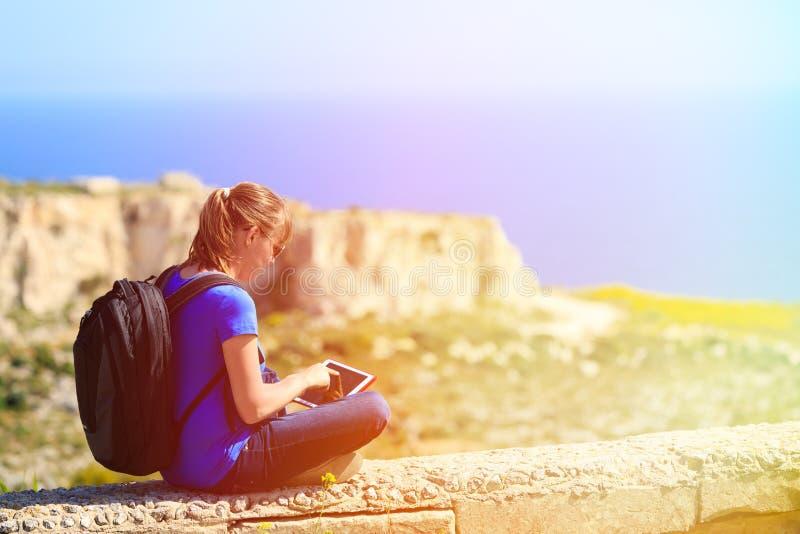 O turista que olha a almofada de toque em montanhas viaja fotografia de stock royalty free