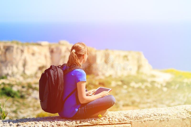O turista que olha a almofada de toque em montanhas viaja fotografia de stock