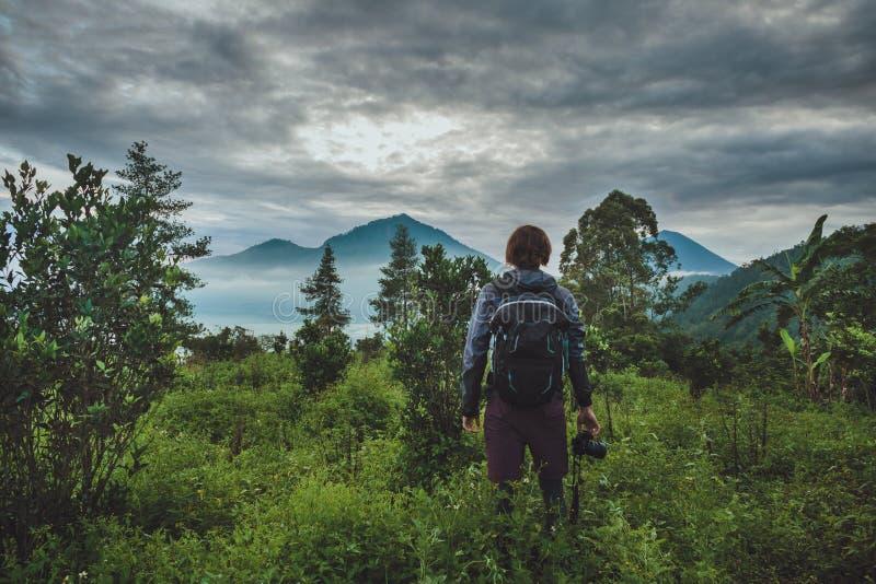 O turista toma um instantâneo do vulcão de Batur de Kintamani, vagabundos fotografia de stock