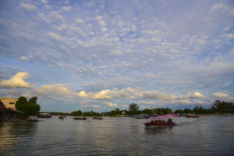 O turista toma uma excursão do barco no mercado de flutuação de Amphawa imagens de stock royalty free