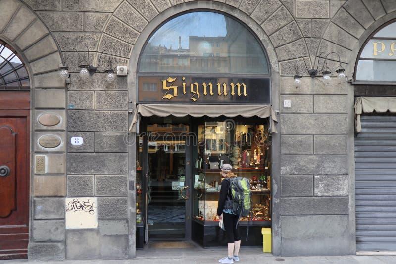 O turista, whpo está olhando a loja foto de stock royalty free