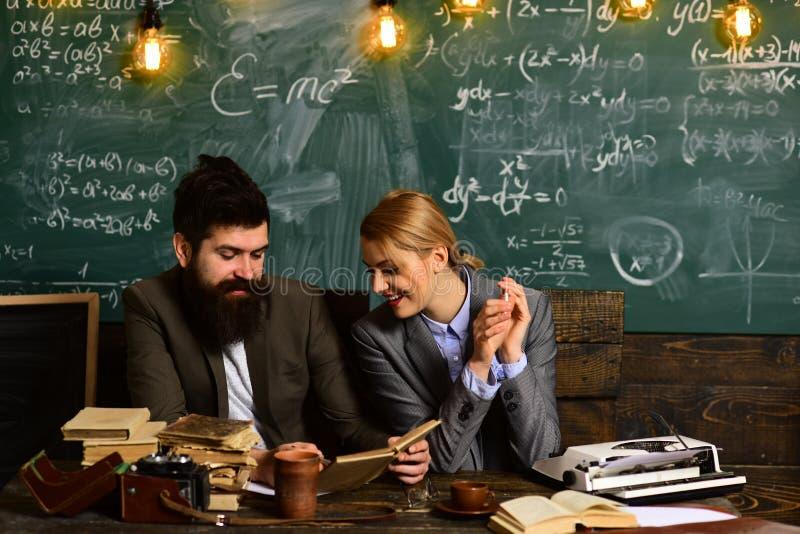 O tutor em linha pode sempre escolher a independentemente Estudo em linha do ensino eletr?nico que aprende o conceito mas amor pa foto de stock