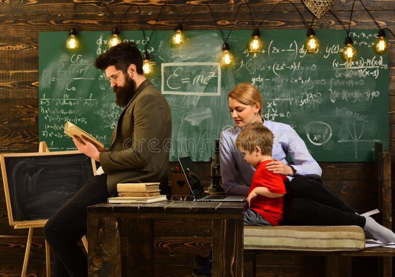 O tutor precisa de ser entusiástico e precisa de gostar de seu assunto, conceito do conhecimento da educação do terreno dos estud fotos de stock royalty free