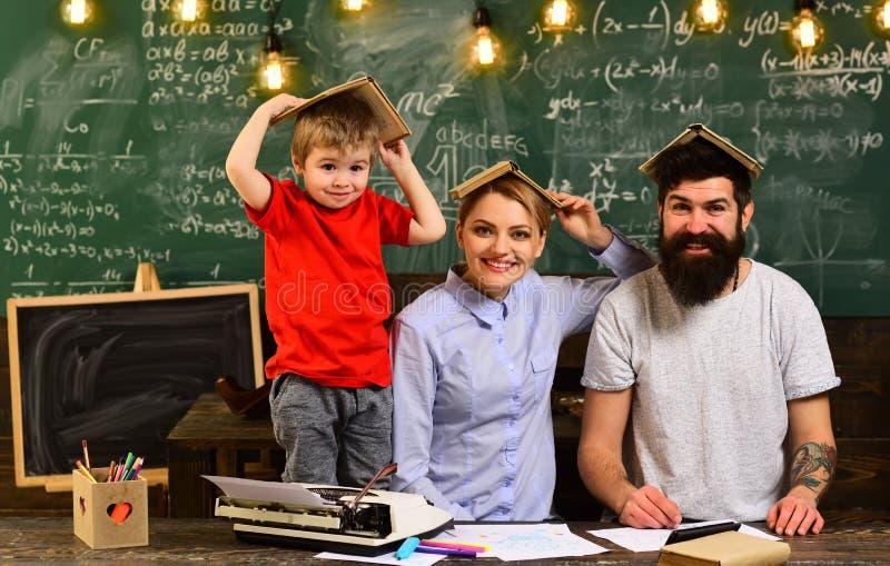O tutor precisa de ser entusiástico e precisa de gostar de seu assunto, moderno está resolvendo o exame da matemática, os profess fotografia de stock