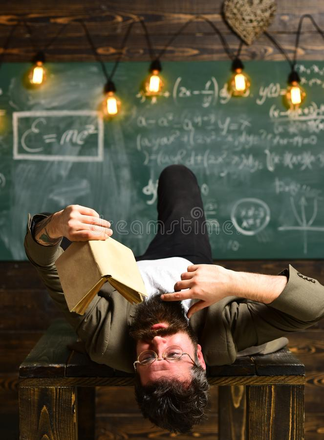 O tutor precisa de ser entusi?stico e precisa de gostar de seu assunto, conceito do conhecimento da educa??o do terreno dos estud fotografia de stock royalty free