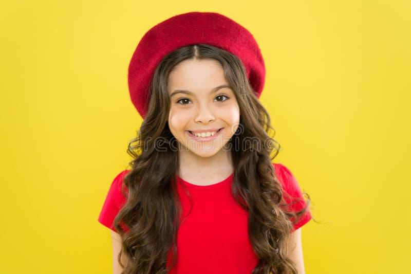 o u θερινές μόδα και ομορφιά παρισινό παιδί στο κίτρινο υπόβαθρο ευτυχές κορίτσι με μακρύ σγουρό στοκ εικόνες
