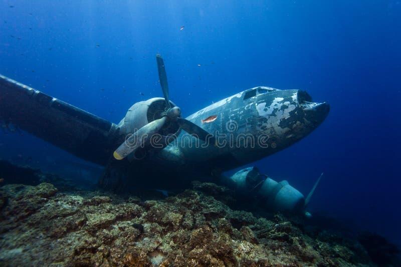 O Underwater em Maldivas, avião destrói da segunda guerra mundial foto de stock