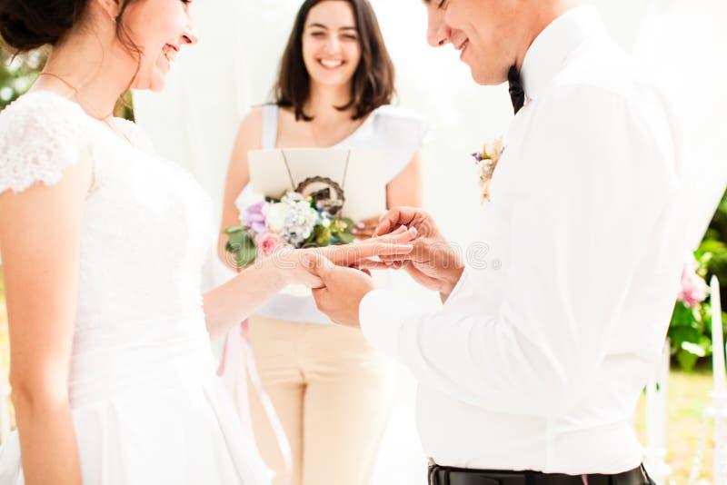 O uneder do ar livre da cerimônia de casamento o arco foto de stock