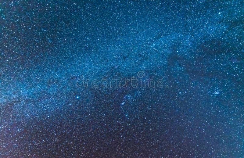 O universo da Via Látea encheu-se com o espaço du das estrelas, da nebulosa e da galáxia foto de stock royalty free