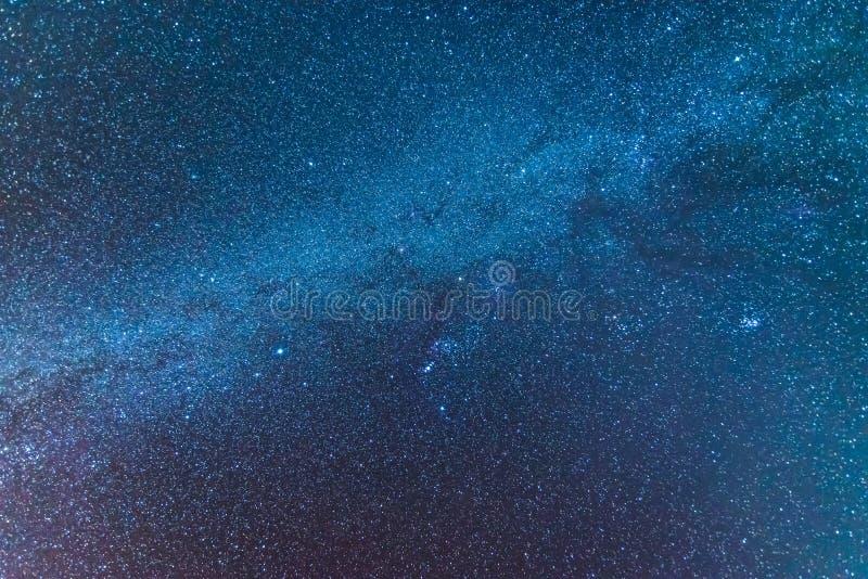 O universo da Via Látea encheu-se com o espaço du das estrelas, da nebulosa e da galáxia imagens de stock royalty free