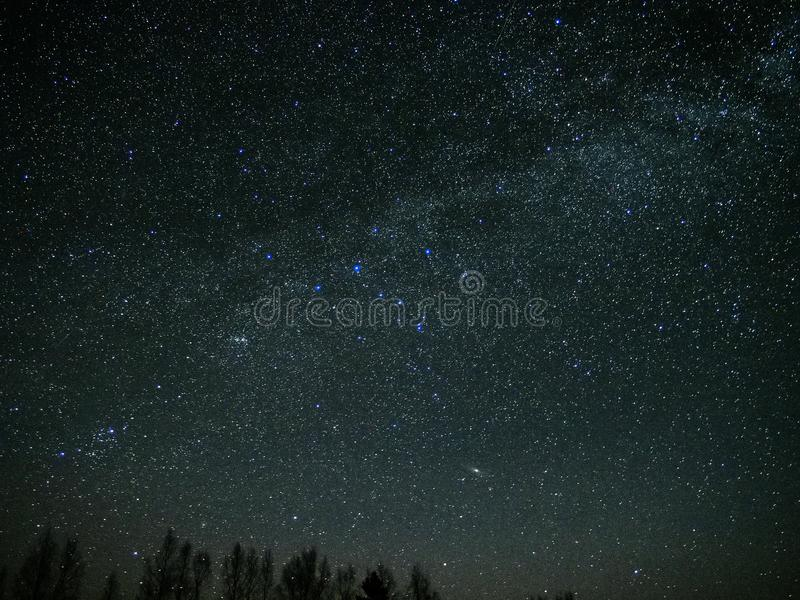 O universo e a Via Látea protagonizam no céu noturno imagem de stock royalty free