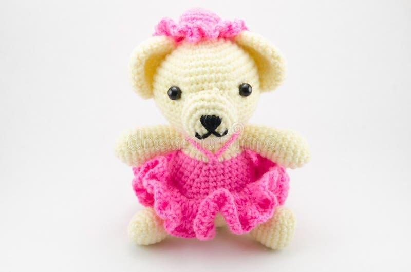 O urso bonito faz crochê a boneca isolada foto de stock royalty free
