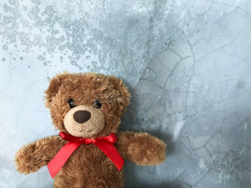 O urso de peluche é colocado em uma tabela de madeira fotos de stock