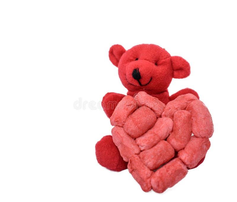 O urso vermelho guarda o coração feito à mão espumoso ereto fotografia de stock royalty free