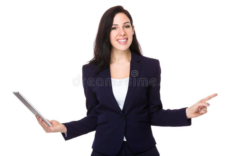 O uso da mulher de negócios da tabuleta e o dedo apontam de lado fotos de stock