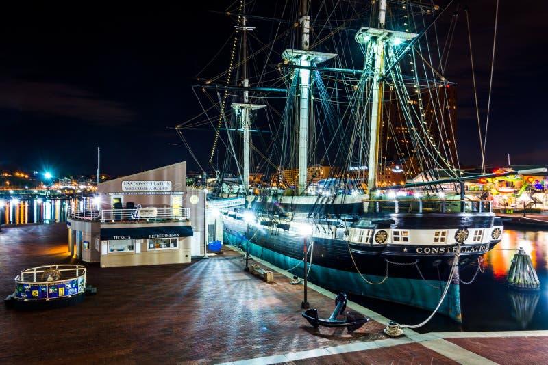 O USS Constellation na noite, no porto interno de Baltimore fotos de stock royalty free
