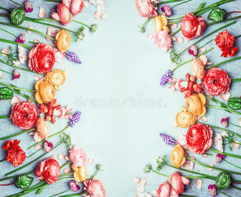 O vário jardim colorido floresce na cor do verão no fundo chique gasto de turquesa azul, quadro floral, vista superior fotografia de stock