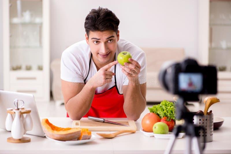 O vídeo da gravação do blogger da nutrição do alimento para o blogue imagens de stock royalty free