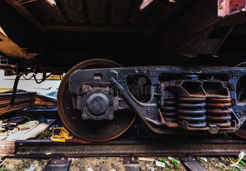 O vagão diesel de aço do trem do railcar do close-up roda nas trilhas fotografia de stock royalty free