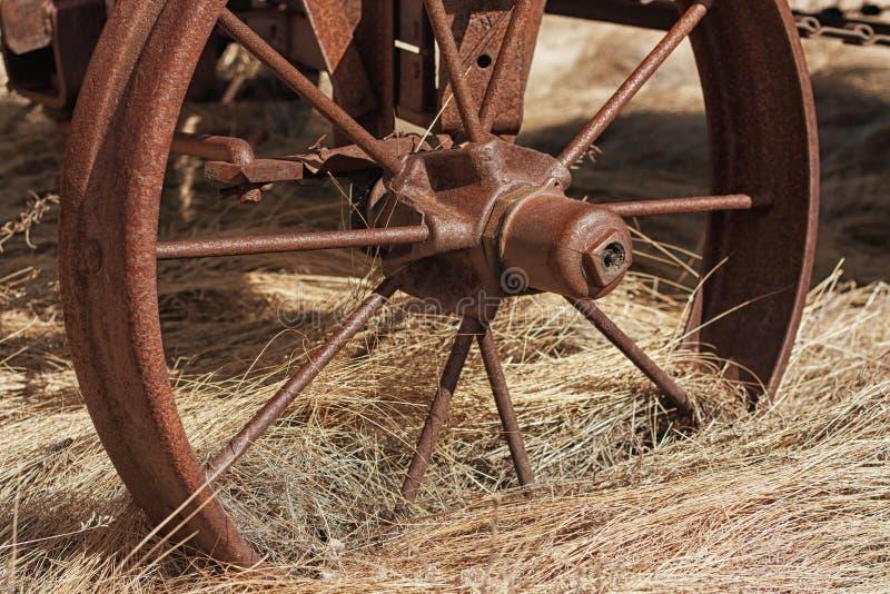 O vagão roda dentro a palha fotos de stock royalty free