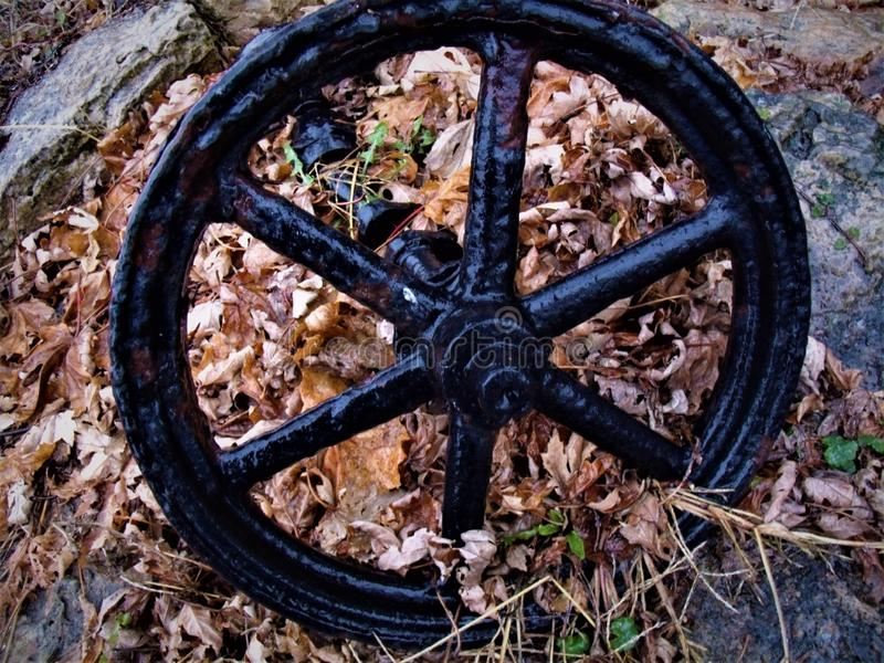 O vagão velho roda dentro a chuva imagens de stock royalty free