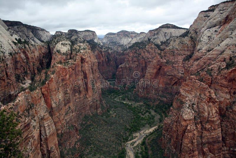 O vale abaixo da aterrissagem do ` s do anjo em Zion National Park imagem de stock