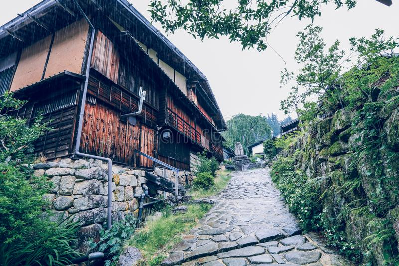 O vale de Kiso é a cidade velha ou as casas de madeira tradicionais japonesas para os viajantes que andam na rua velha histórica  fotos de stock