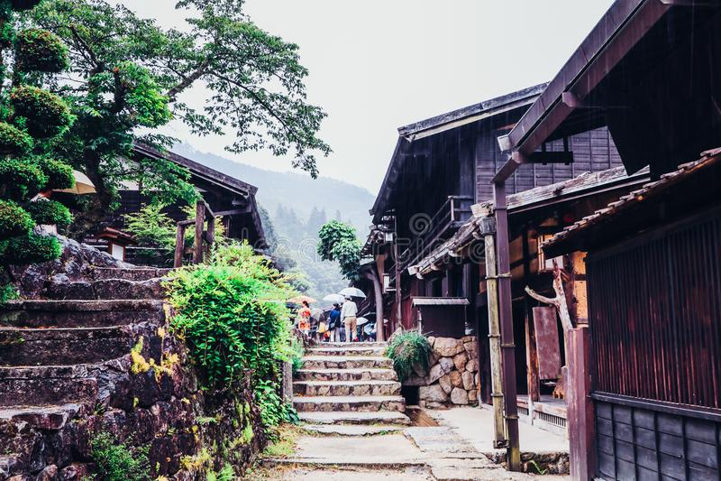 O vale de Kiso ? a cidade velha ou as casas de madeira tradicionais japonesas para os viajantes que andam na rua velha hist?rica  fotos de stock
