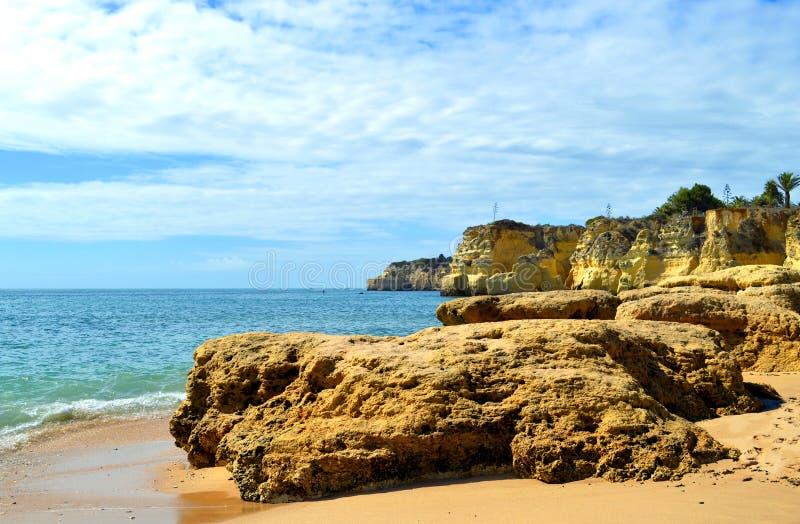 O vale faz penhascos do spectacular da praia de Olival fotografia de stock royalty free