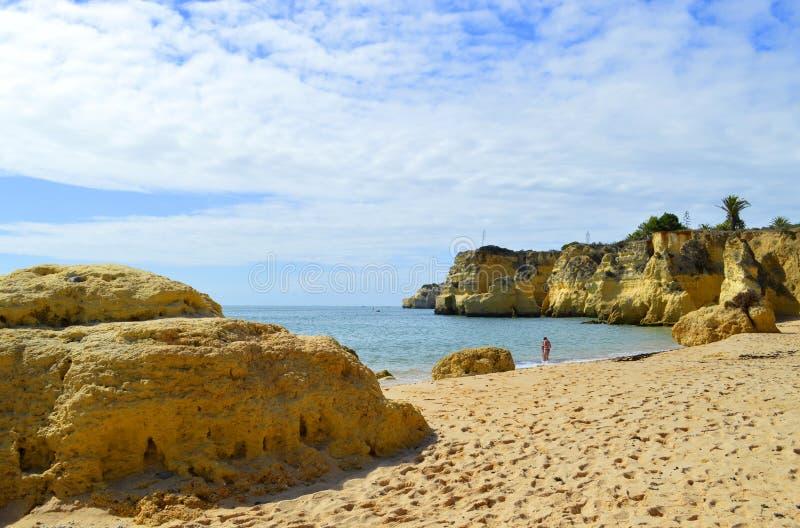 O vale faz penhascos do spectacular da praia de Olival imagens de stock