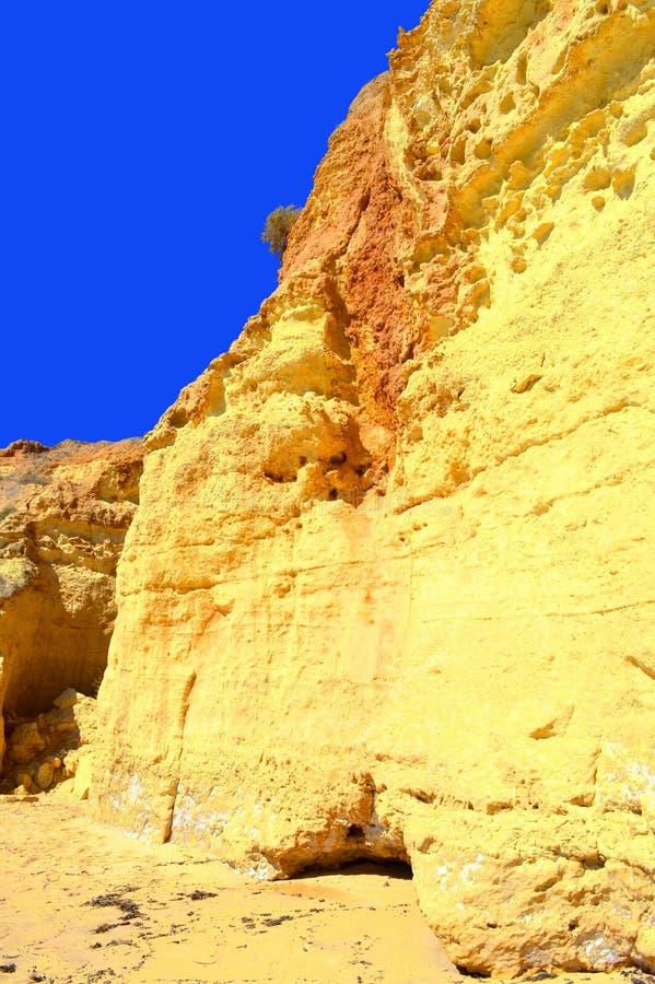 O vale faz penhascos do spectacular da praia de Olival fotos de stock