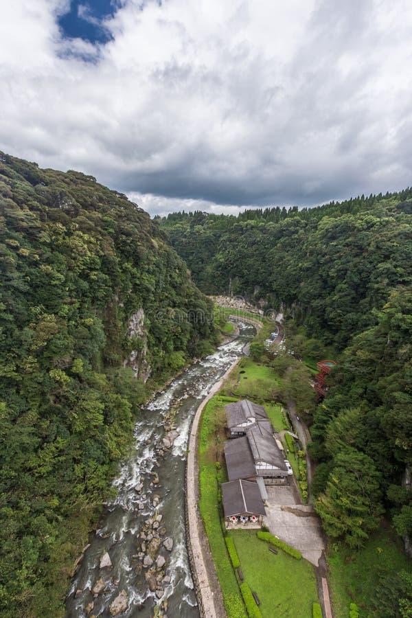 O vale verde e a casa japonesa na cachoeira de Kamikawa Otaki estacionam imagem de stock