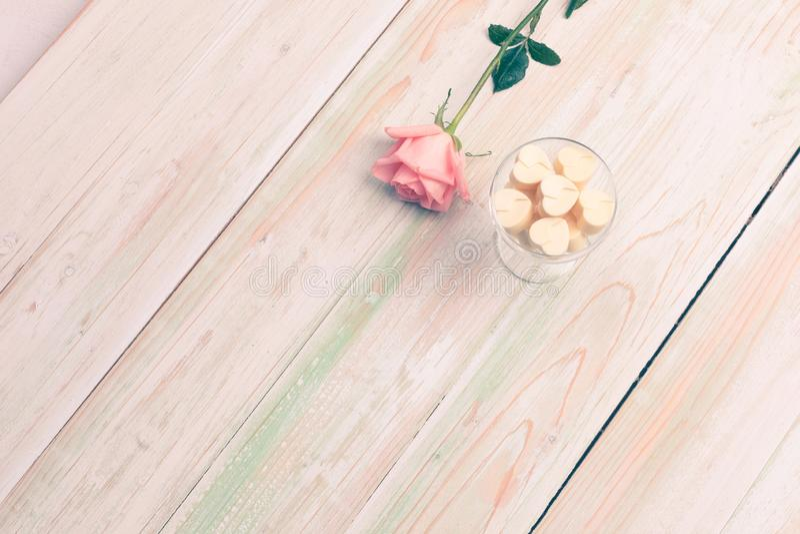 O Valentim ama o copo do chocolate do presente do coração aumentou madeira fotografia de stock
