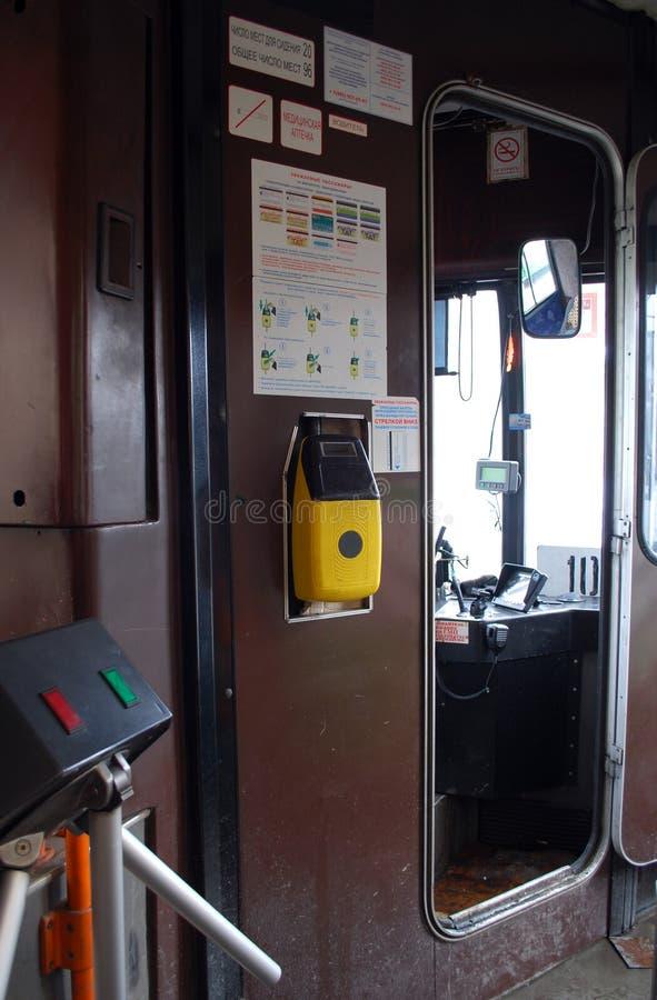 O Validator velho para o pagamento do curso pelo ônibus MAZ-103 SUE Mosgortrans da cidade imagem de stock royalty free