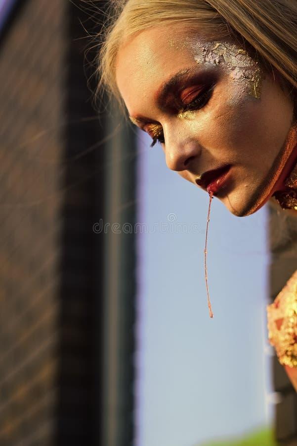 O vampiro da mulher de Dia das Bruxas com arte criativa compõe imagens de stock royalty free